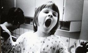 Janeth på köksbänken när Ingrid diskar