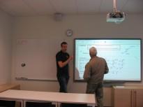 Svarta tavan blev whiteboard som blev datorstyrd projektor. En av lärarna visar hur eleverna få lära algebran. Häftigt !