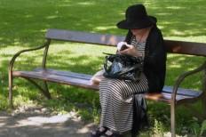 Stilig dam i parken vid Skillerälven