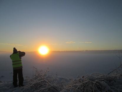 Fotar solnedgången över Råda från piren
