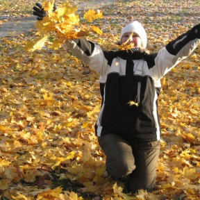 2012-10 Uddeholm Herrgårdsparken Natalia med höstlöven