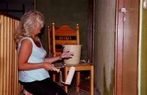 Ann-Cathrine målar i hallen
