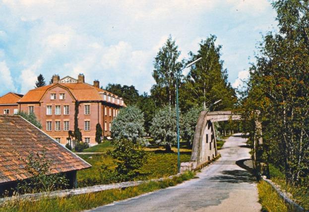 Äldsta delen av huvudkontoret och gamla bron. Vykort för ICA-hallen Uddeholm - innan det fick ny färgsättning.