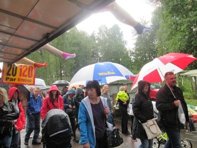 Vissa försökte använda paraply när det kom en regnskur