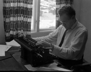 Knut Jansson med en gängse Halda skrivmaskin