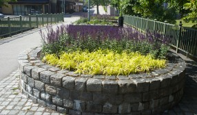 2018 Blomsterarrangemang vid bron