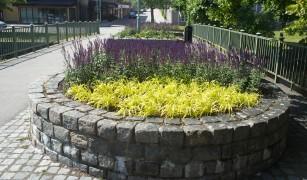 Blomsterarrangemang vid bron