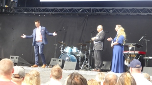 Till vänster Johnny Sjöström, VD och till höger artisten och programledaren Sarah Dawn Finer